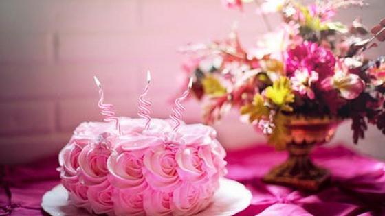 розовый торт и букет цветов