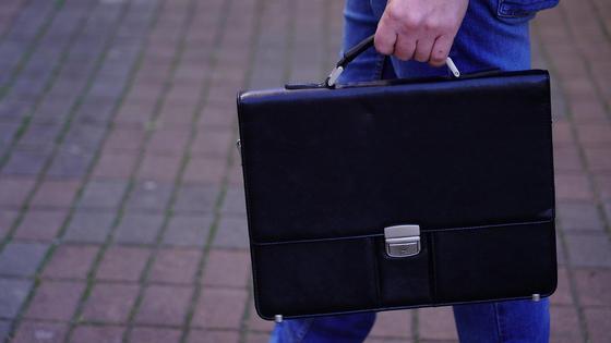 Мужчина несет портфель