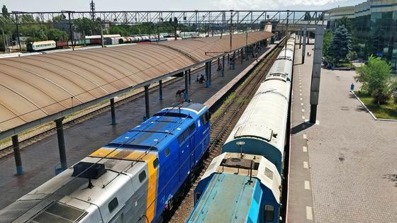 Поезда на станции Алматы-1 движутся по железной дороге