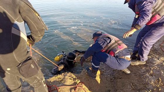 Спасатели помогают водолазу выбраться из воды