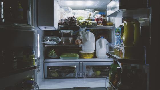 Холодильник с продуктами открыт