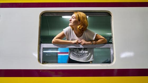 Девушка в окне поезда