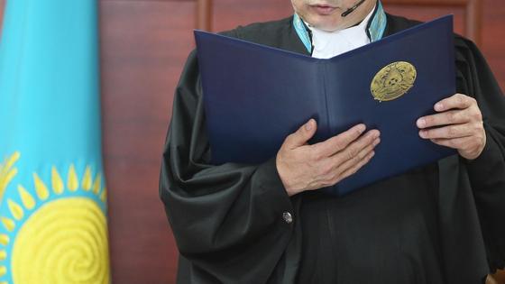 Судья зачитывает приговор в зале суда