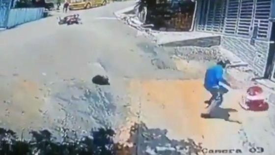 Мотоциклист спасает ребенка