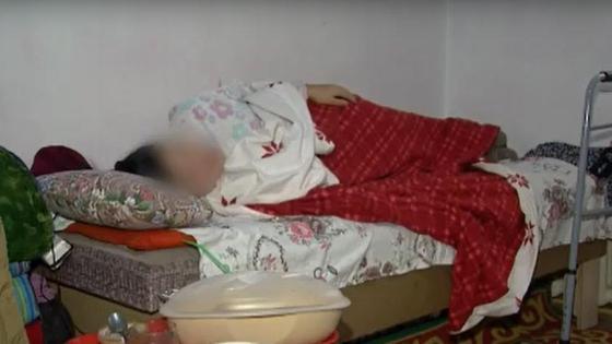Женщина лежит на кровати под одеялами