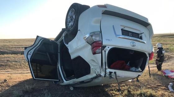Опрокинувшийся внедорожник марки Toyota лежит на земле