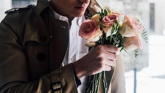 Мужчина держит в руках цветы