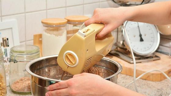 Приготовление десерта с помощью миксера