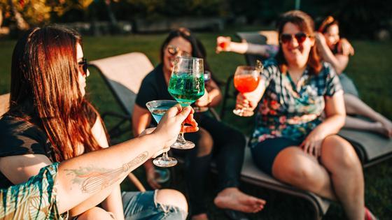 Девушки общаются за бокалом вина