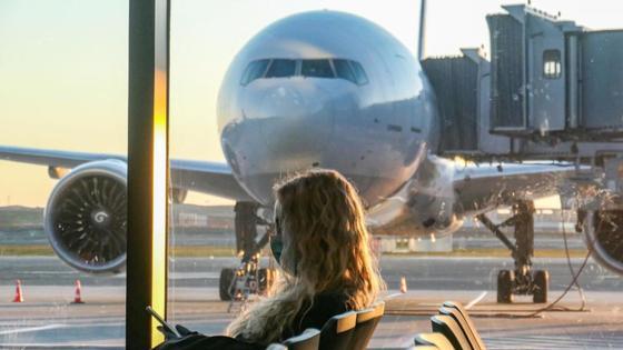 Девушка сидит в зале ожидания аэропорта