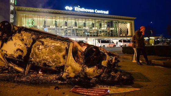 Перевернутая сгоревшая машина