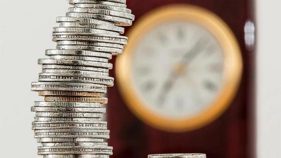 монеты стопкой лежат на столе