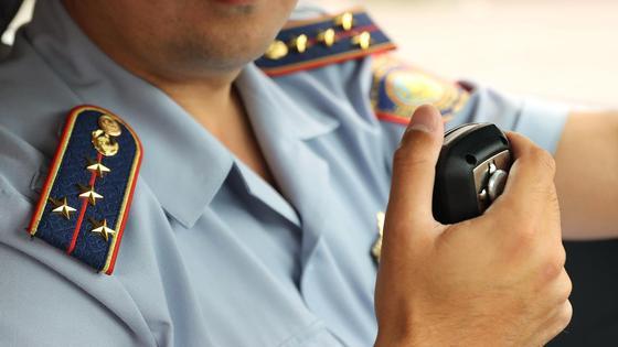 Полицейский за рулем служебного автомобиля