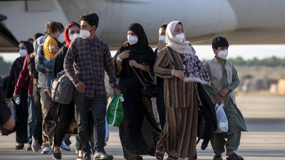 Афганцы в аэропорту Кабула