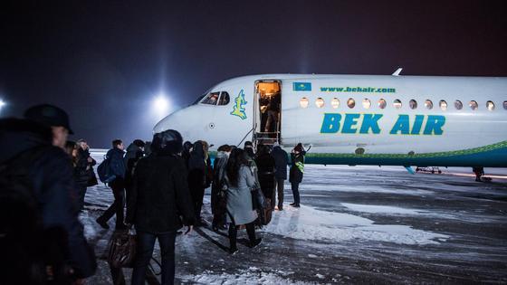 Люди возле одного из самолетов Bek Air