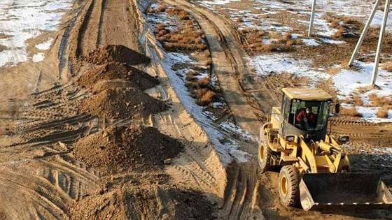 трактор роет землю