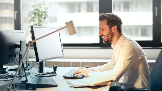 Мужчина за рабочим столом в офисе