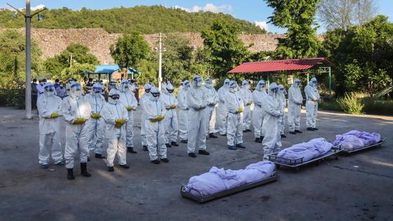 Волонтеры на похоронах погибших от коронавируса в Мьянме