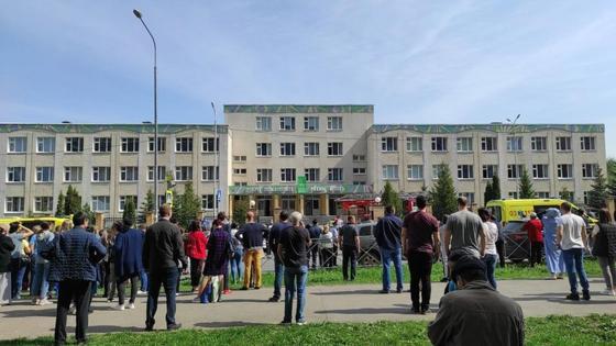 Люди около школы в Казани, где была стрельба