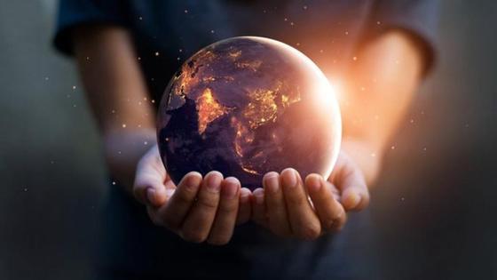 человек держит Землю в руках