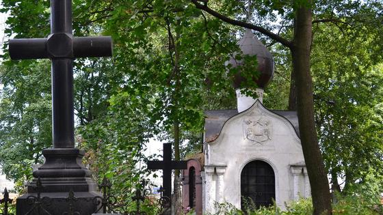 Надгробия в виде крестов на кладбище