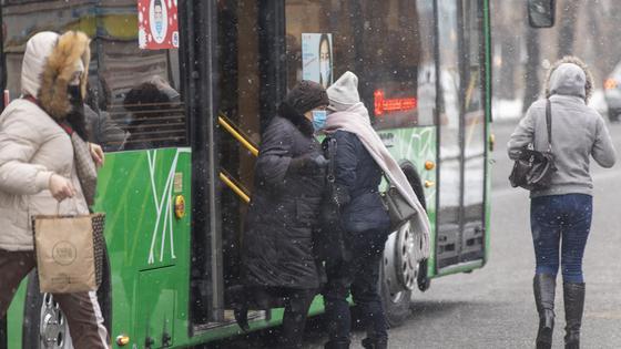 Люди выходят из автобуса
