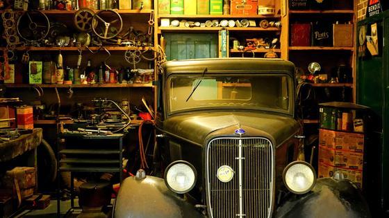 Гараж со старинным авто