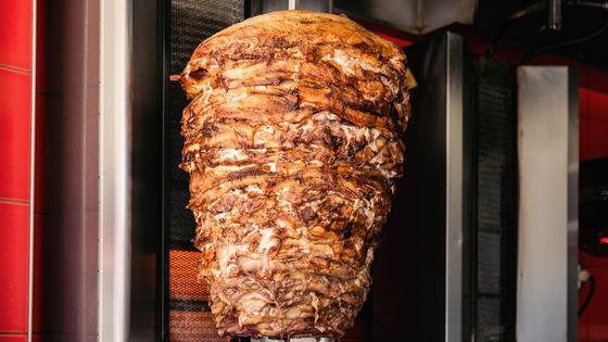 Мясо на вертикальном вертеле для донер кебаба