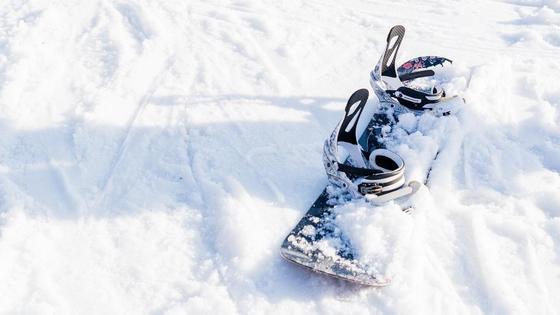 Қар үстіндегі сноуборд