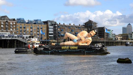 Надувная фигура Бората плывет по реке