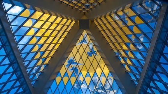 Купол желто-голубой крыши изнутри