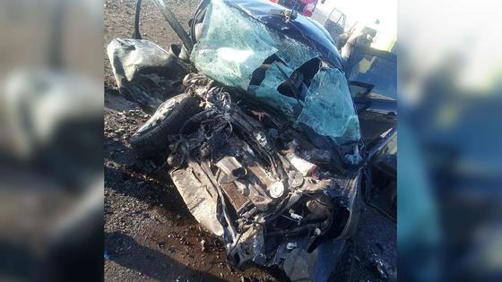 Разбитая автомобиль стоит на дороге