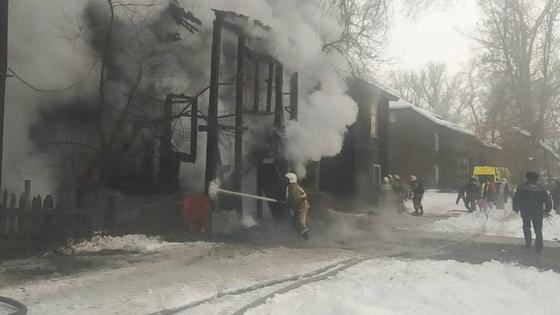 Пожарные тушат возгорание в здании