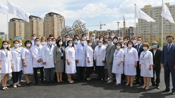 Президент Казахстана Касым-Жомарт Токаев с медиками