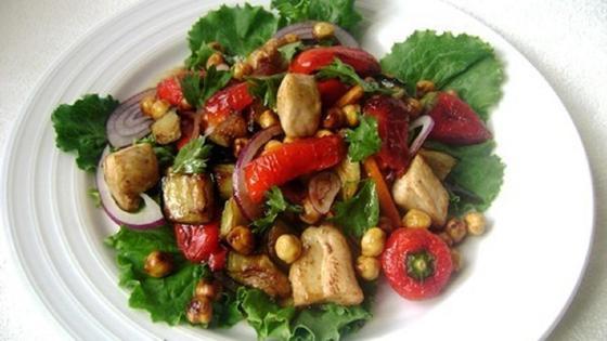 Салат с баклажанами на тарелке