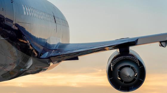 Вид на бок и крыло самолета в небе