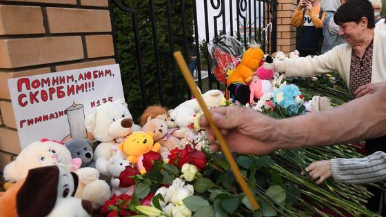 Цветы и свечи в память погибшим в школе в Казани