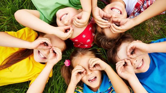 Пятеро детей лежит на траве
