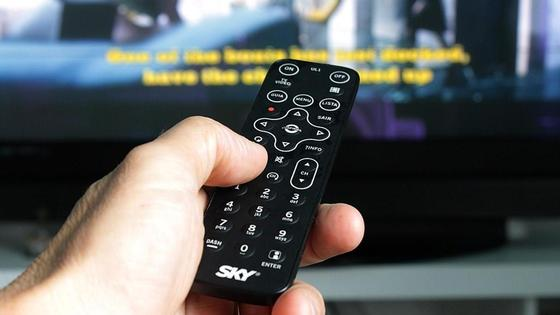 пуль от телевизора в руке