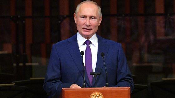 Путин выступает за трибуной