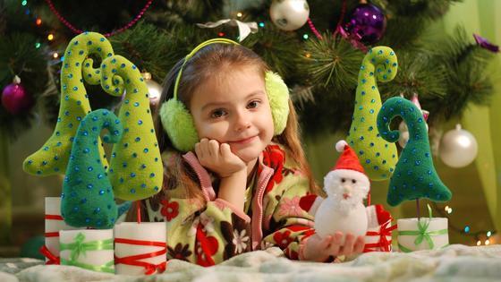 Девочка под елкой