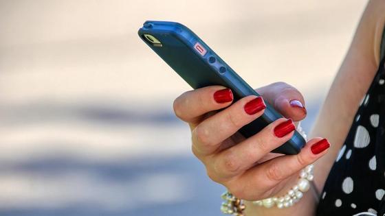 Девушка держит телефон