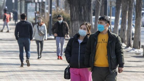 Мужчина и девушка в масках на улице