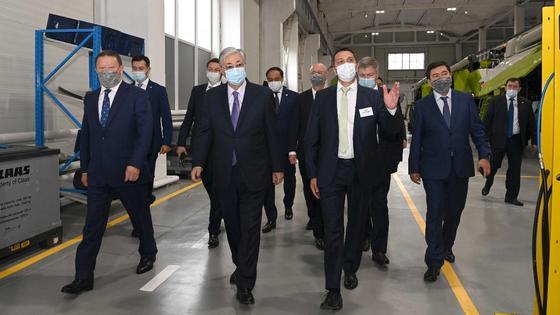 Касым-Жомарт Токаев во время посещения завода по сборке сельскохозяйственной техники CLAAS