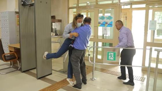 Охранник тащит журналистку к выходу из здания акимата в Алматы