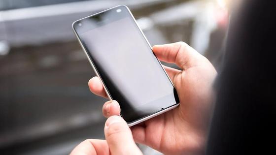 Держит телефон в руках