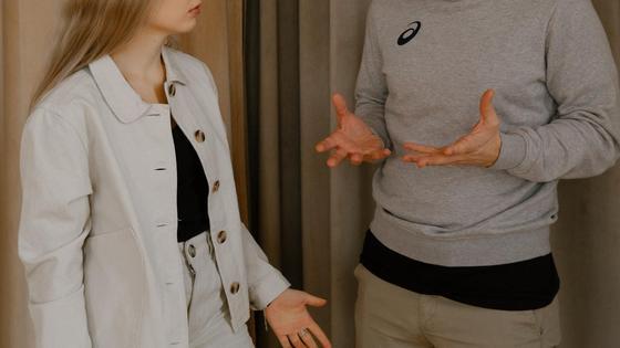 Парень и девушка разговаривают на повышенных тонах