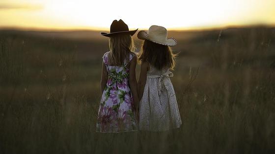 две девочки в поле