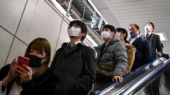 Японцы в масках едут в метро