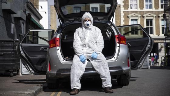 Медик сидит на машине
